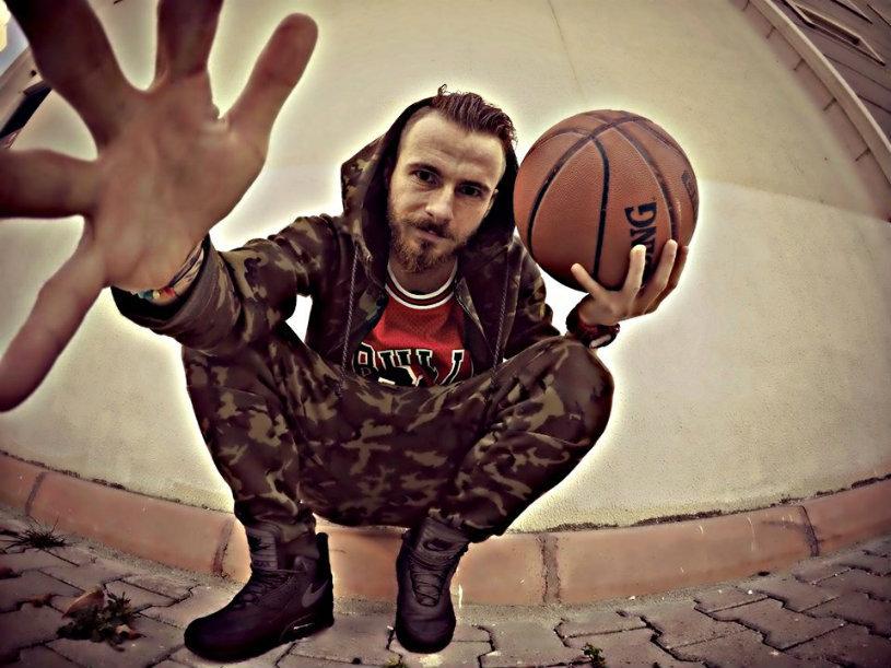 """Victoraş Astafei, fotbalistul care promova mesaje precum """"Uniţi sub tricolor"""" sau """"Salvaţi Roşia Montană"""", şi-a urmat o altă pasiune: s-a apucat de muzică şi a scos un album hip-hop. Avea şi un magazin de haine"""