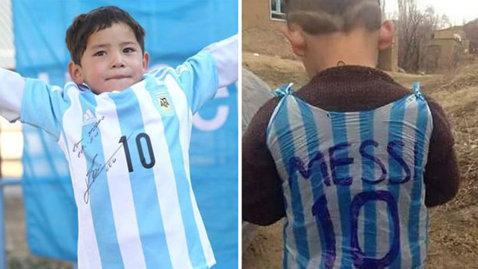 """Puştiul devenit celebru pe internet cu această imagine, forţat să fugă din Afganistan: """"Viaţa a devenit un calvar şi am vândut tot"""". Fanul lui Messi, ameninţat de talibani"""