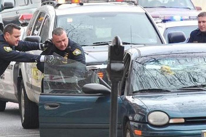 ŞOCANT! Un român, oprit de poliţiştii din Anglia! L-au arestat imediat după ce a deschis portbagajul. Ce au găsit