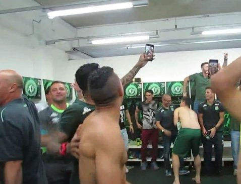 O imagine CUTREMURĂTOARE! FOTO | Cum arată vestiarul Chapecoense după tragedia aviatică în care au murit 19 jucători. VIDEO În urmă cu doar 5 zile brazilienii sărbătoreau calficarea în finala Copa Sudamerica