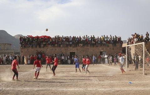 FOTO DE COLECŢIE | Într-o ţară măcinată de război, fotbalul a rămas singura bucurie a oamenilor. Imaginile fac cât o mie de cuvinte