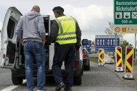 Imaginea articolului BREAKING NEWS! 34 de români au fost REŢINUŢI de poliţie la graniţia cu Austria! Poliţiştii au rămas şocaţi când i-au controlat