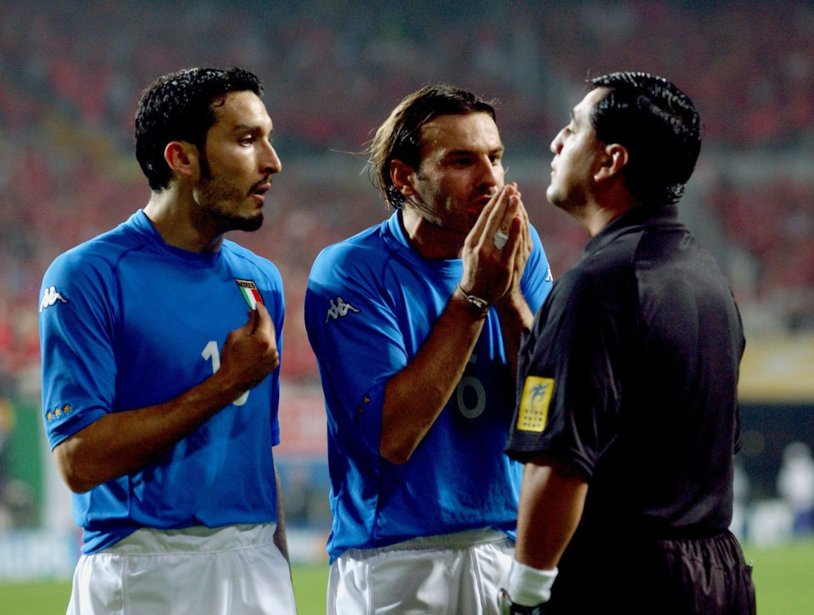 15 ani de la unul dintre cele mai scandaloase arbitraje din istoria Campionatului Mondial de fotbal. Povestea meciului Coreea de Sud – Italia şi a ecuadorianului Byron Moreno