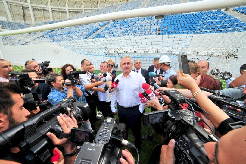 Liviu Dragnea a făcut anunţul oficial al asumării Rapidului de către PSD în faţa a zeci de ziarişti, în timp ce se afla în una din porţile noului stadion de la Craiova. FOTO: Mediafax