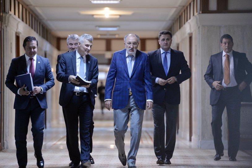 """BNR, reacţie dură la presiunile lui Ţiriac şi ale politicienilor care vor """"să redea poporului"""" baza sportivă din Cotroceni: """"Populism! Până în 2015, domnul Ţiriac organiza gratis turneele. Era o oportunitate foarte bună de afacere pe care o regretă acum. Dacă ne-o ia guvernul, se sesizează UE"""""""
