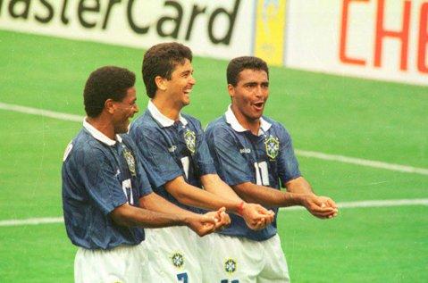 Au scos Brazilia pe străzi în '94 şi au încântat cu jocul lor. Acum, Romario şi Bebeto vor să scoată Rio de Janeiro din criza economică!