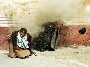"""Ca nişte câini   Ultimul drum spre Bucureşti al dictatorilor României: """"Am găsit pe teren două suluri de prelată de cort, în care erau înfăşuraţi Elena şi Nicolae Ceauşescu. Pilotul aruncase «coletele» şi plecase. Ea avea capul spart, el era cu haina de blană şi ceasul la mână"""""""