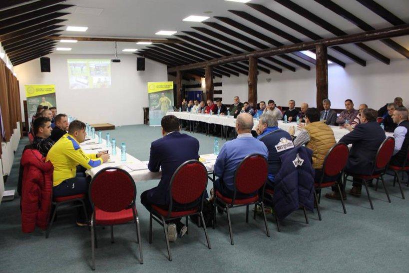 FRF a iniţiat, la Cheile Grădiştei, o serie de întâlniri cu votanţii de la Adunarea Generală din 18 aprilie. După electorii din fotbalul feminin, fotbalul pentru juniori şi fotbalul în sală, în weekend le-a venit rândul şefilor de AJF-uri