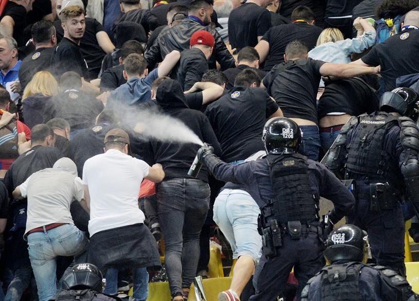 """Gazul lacrimogen, """"arma"""" preferată de jandarmi. Georgian Enache nu cunoaşte regulamentele instituţiei: """"Folosim gaze ca să nu îi batem!"""", dar în manualul de intervenţie, gazele sunt considerate mai periculoase decât lovirea cu bastonul"""