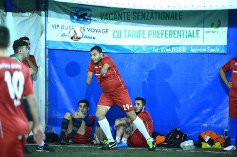 """Pasiunea pentru fotbal nu are limite! Imaginea zilei vine dintr-o competiţie de amatori, Victory Cup. """"Florin nu a mai ezitat. A luat balonul..."""""""
