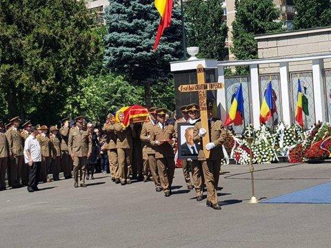 """Cristian Ţopescu a fost înmormântat. Cine l-a însoţit pe ultimul drum şi gestul de """"rămas bun"""" al Nadiei Comăneci"""