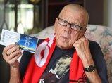 """Cea mai tristă poveste a zilei! IREAL ce i s-a întâmplat acestui bătrân, după 68 de ani de devotament: """"Plângea! Am izbucnit şi eu în lacrimi"""""""