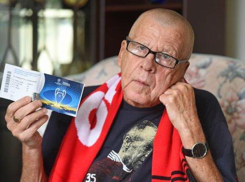 """Cea mai tristă poveste! A urmărit pe viu toate finalele europene ale lui Liverpool, şi-a luat bilet pentru Kiev, dar Universul nu a ţinut cu el: """"Plângea când îmi spunea asta şi am izbucnit şi eu în lacrimi"""". Cum a primit vestea că nu poate vedea meciul cu Real"""