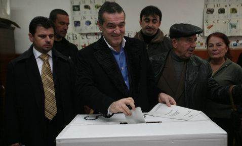 Gigi s-a prezentat la secţia de votare fără buletin!