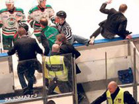VIDEO Fanii unei echipe de hochei au vrut să-l bată pe antrenorul oaspeţilor!