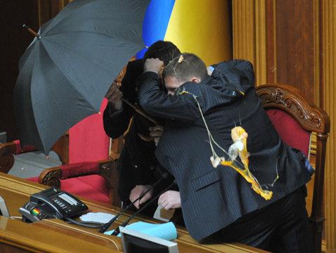 FOTO şi VIDEO Vezi aici cum s-au bătut parlamentarii din Ucraina!