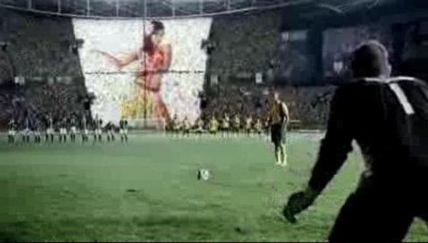 VIDEO Cum ratezi un 11 metri din cauza fanilor:)