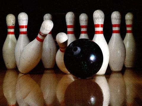 Lovitură incredibilă de bowling peste un scaun!