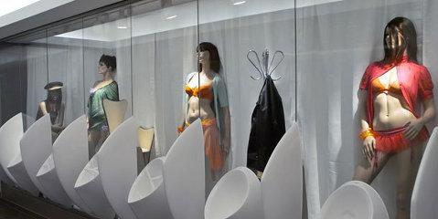 Cum îi faci pe oameni să cheltuie 30 de euro la mall: grupuri sanitare cu modele sexi şi avioane suspendate în tavan