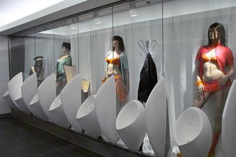 Cum îi faci pe oameni să cheltuie 30 de euro la mall: grupuri sanitare cu modele sexi şi avioane suspendate în tavan - GALERIE FOTO