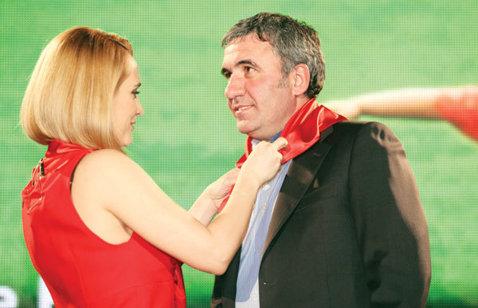 """Ziua cravatelor roşii! """"Regele"""", premiat la """"Gala Mediafax 20 de ani"""" pentru cel mai bun jucător în terenul celebrităţii globale"""