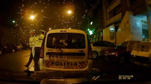"""VIDEO INCREDIBIL! Se întâmplă în România! Ce a păţit un şofer care a depăşit o maşină  staţionată: """"Poţi să faci contestaţie!"""""""