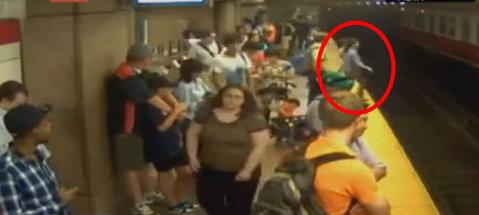 VIDEO Scene de groază la metrou! O femeie cu copilul în braţe s-a prăbuşit între şine