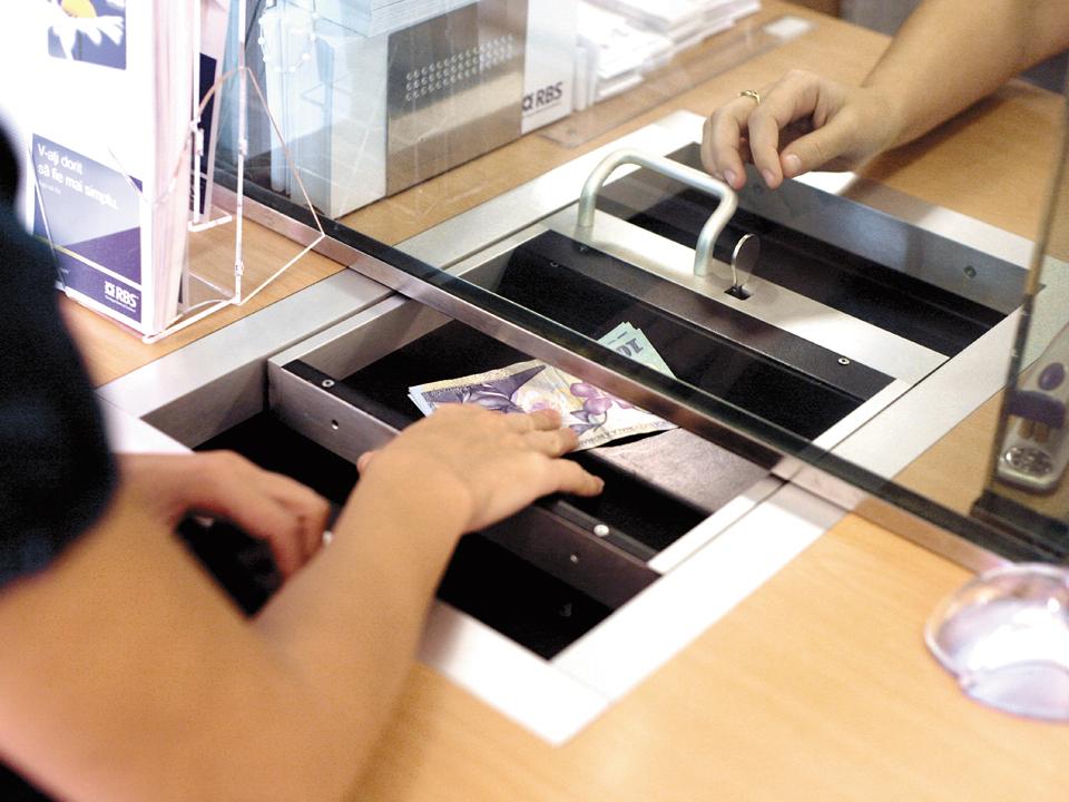 Dobânzi tot mai mici la depozite bancare. Câştigurile ajung să fie anulate de comisioane şi taxe