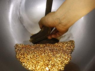 Aurul, cea mai profitabilă investiţie a verii. În două săptămâni a adus investitorilor mai mulţi bani decât un depozit bancar într-un an