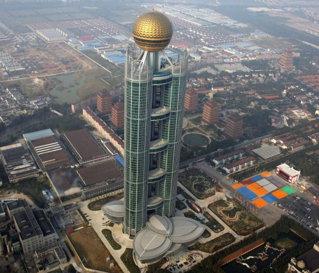 Un sat de chinezi cu doar 2.000 de locuitori şi-a construit un super zgârie-nori de 350 mil. euro - galerie FOTO