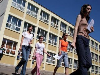 Opinie Elena Gîrlea, profesor de liceu: Haosul de pe terenul Educaţiei care dă bine pe hârtie