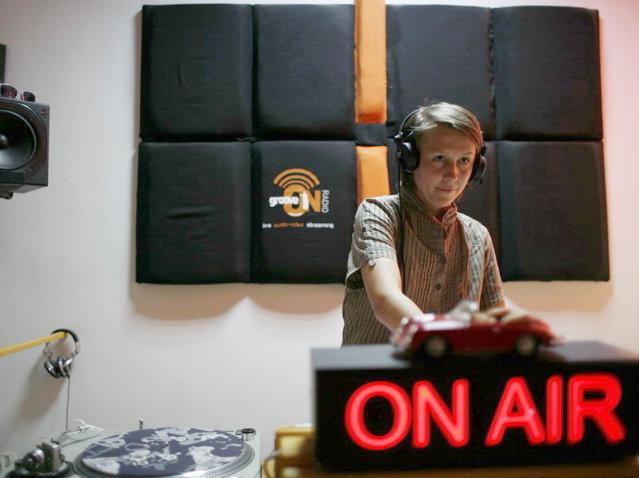 Revoluţie în radio: 40% din muzica difuzată trebuie să fie românească. Lege adoptată tacit