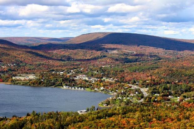 Acest oraş oferă o slujbă şi două hectare de teren oricui acceptă să se mute acolo