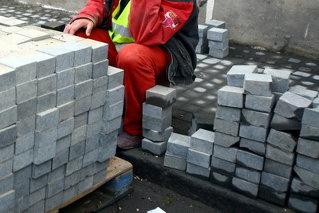 Un primar arădean pune pavele pe străzile comunei pentru că nu are bani să plătească muncitori