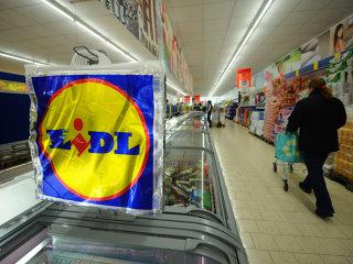 """Retailerul german Lidl, prezent pe piaţa locală cu o reţea de 136 de magazine, a devenit cel mai extins lanţ de comerţ din România, după ce şi-a făcut un obicei în a deschide """"aproape în fiecare săptămână"""" câte un magazin."""