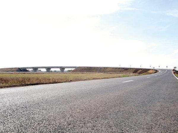 Primul pod peste autostradă care a fost finalizat este cel care face legătura între Ştefăneştii de Jos şi comuna Otopeni.