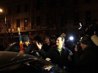Ludovic Orban, huiduit şi bruscat din nou în Piaţa Universităţii