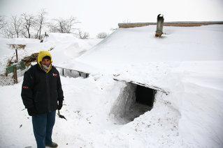 Mii de oameni sunt izolaţi de aproape o săptămână în case acoperite de zăpadă de şase metri
