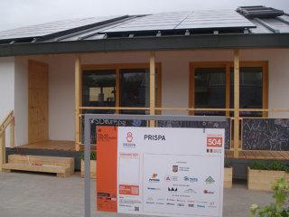 """""""Am făcut o Dacia, nu un monopost de Formula 1"""", spun studenţii care au dezvoltat Prispa, casa care produce mai multă energie decât consumă"""