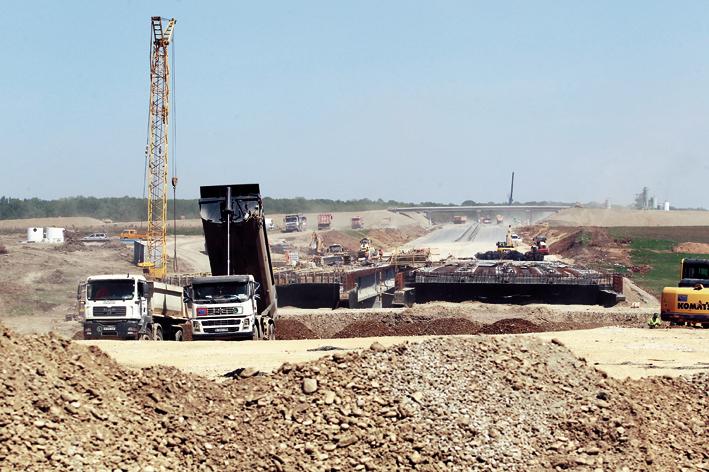 Zeci de firme de construcţii află peste o lună dacă vor face autostrăzi de 1 mld. €