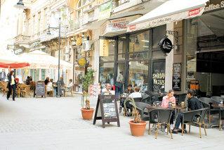 """Singurul """"mall"""" in aer liber, centrul vechi al Capitalei, devine cea mai fierbinte zona de restaurante si cafenele"""