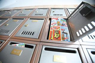 In goana dupa clienti, retailerii scot tiraje mai mari decat ziarele: Hipermarketurile lasa peste 800.000 de euro la usa clientilor in fiecare luna