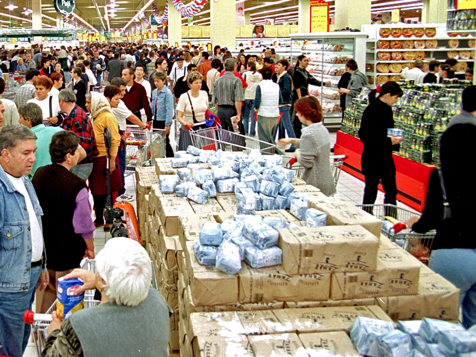 Preţurile alimentelor de bază au scăzut uşor în luna mai. Este doar o situaţie conjuncturală, spun producătorii