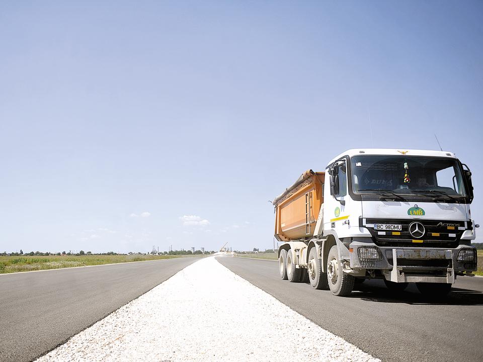 Din noua autostradă a României au fost asfaltaţi 10 km după 4 ani. Restul, gata de Crăciun. Vedeţi aici cum arată. GALERIE FOTO