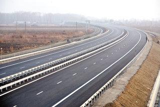 """Ultimul tronson al autostrăzii, între kilometrii 48,2 şi 62, este deja finalizat cu aproape o lună înaintea termenului-limită iniţial până la nivel de marcaje rutiere, panouri şi semnalizare. Compania responsabilă, UMB Spedition, este controlată de """"regele asfaltului"""" Dorinel Umbrărescu."""