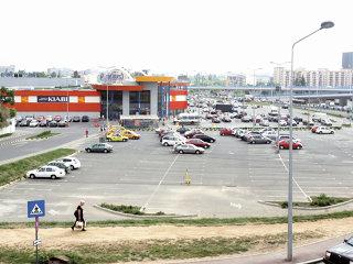 Auchan, Tesco sau Wal-Mart ar putea prelua cele peste 80 de magazine Carrefour din România, anunţă Reuters