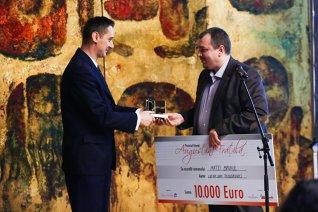 """Primul câştigător al premiului """"Augustin Frăţilă""""/ de Oana Ghiţă, Andra Rotaru"""