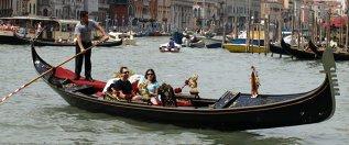 MISTERELE CUVINTELOR/ Cu gondola, pe apă şi in aer