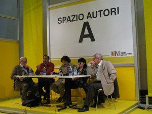 La acelaş Târg de la Torino, de la stânga: Marco Cugno, Mauro Bonanno, Marco Dotti, Doina Ruşti, Roberto Merlo, Răzvan Popescu.