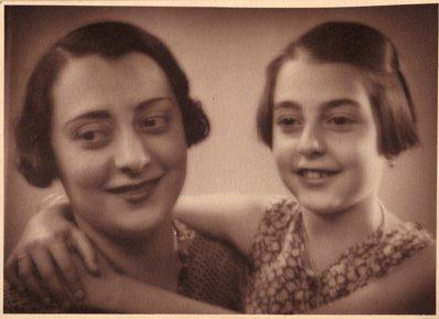 Geta Ghimpeţeanu împreună cu Colette, unica ei fiică din căsătoria cu C. Ghimpeţeanu
